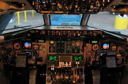 MD-80, Aterrizaje desde la cabina