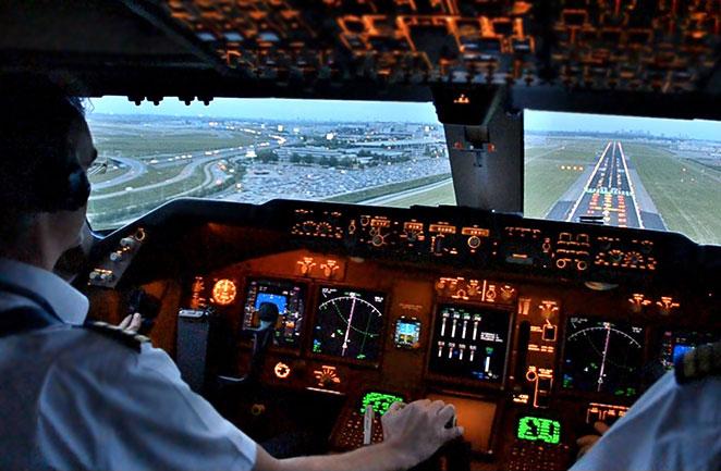boeing_747_400_cockpit_view_landing_civil_aviation_comercial_plane
